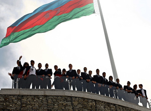 El equipo posa en la Plaza de la Bandera Nacional en Bakú (Azerbaijan)