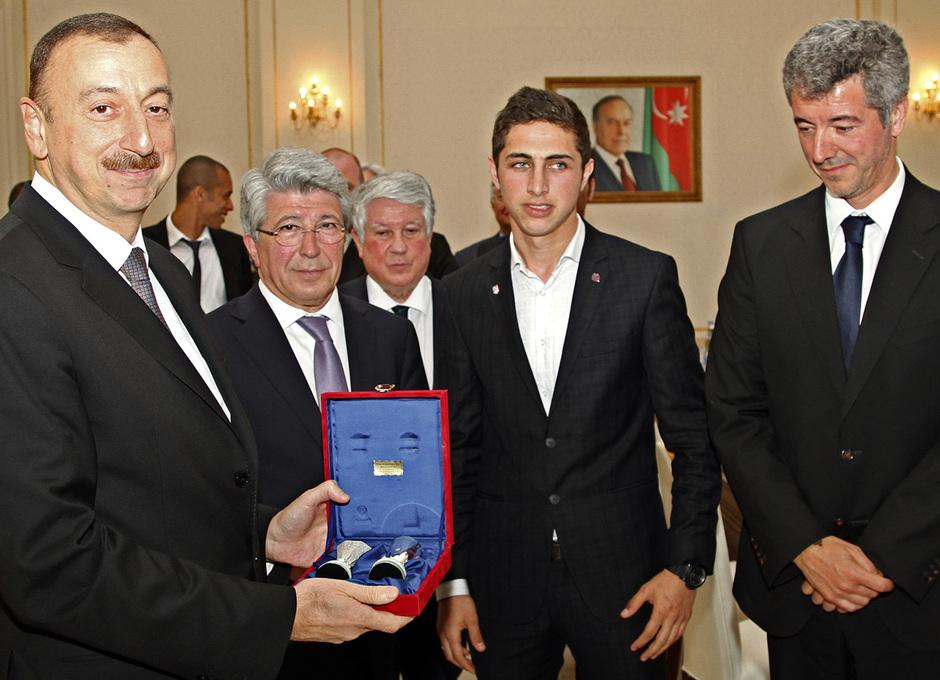 Enrique Cerezo y Miguel Ángel Gil entregaron unas réplicas de la UEFA Europa League y la Supercopa de Europa a Ilham Aliyev, presidente de Azerbaijan