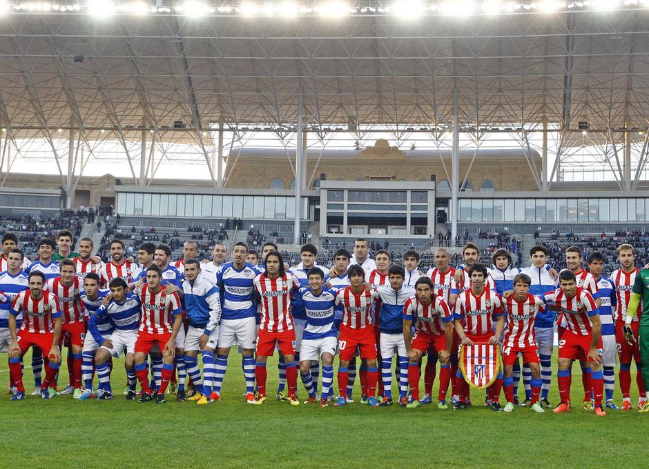 El All Star Azerbaijan y el Atlético posaron antes del partido en Bakú