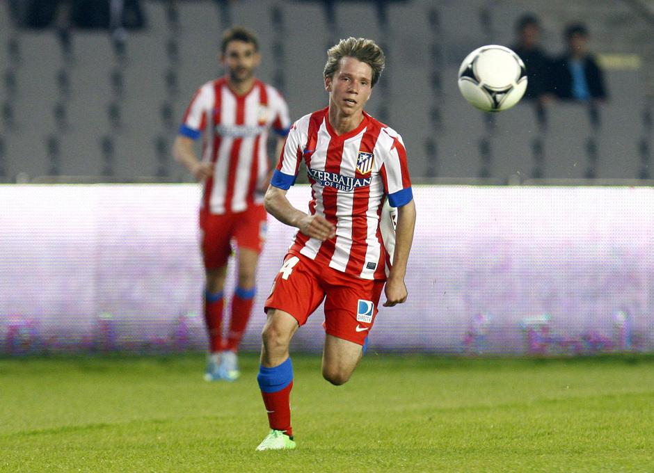 Temporada 2012-2013. Amistoso en Azerbaijan. Villa corre a por el cuero ante la atenta mirada de Adrián