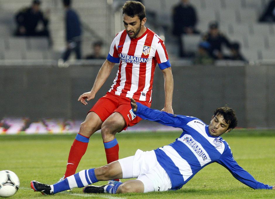 Temporada 2012-2013. Amistoso en Azerbaijan. Adrián dispara ante la oposición de un zaguero