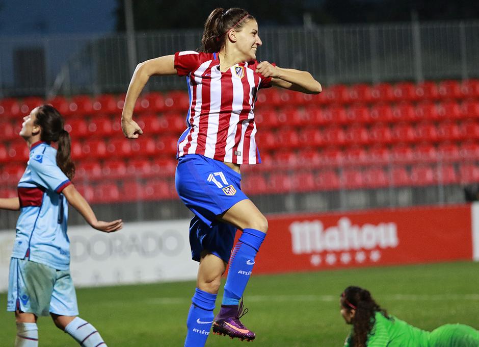 Laura Fernández, que llevaba dos minutos en el campo, festeja su gol, el cuarto del equipo ante el Levante