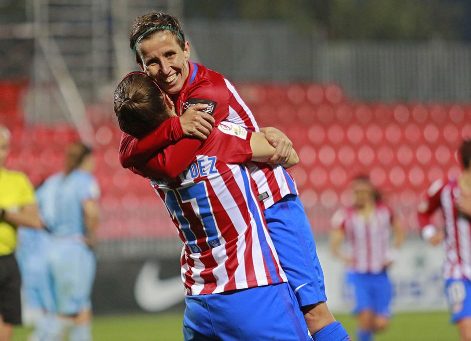 Laura Fernández agradece a Sonia la asistencia en el cuarto gol rojiblanco al Levante