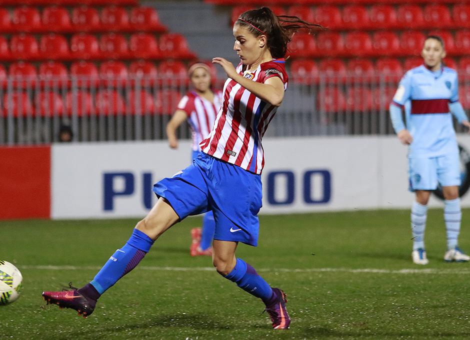 Laura Fernández remata a puerta en el que fue su gol, el cuarto del equipo ante el Levante