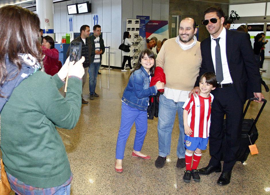 Simeone posa con una familia de aficionados en La Coruña