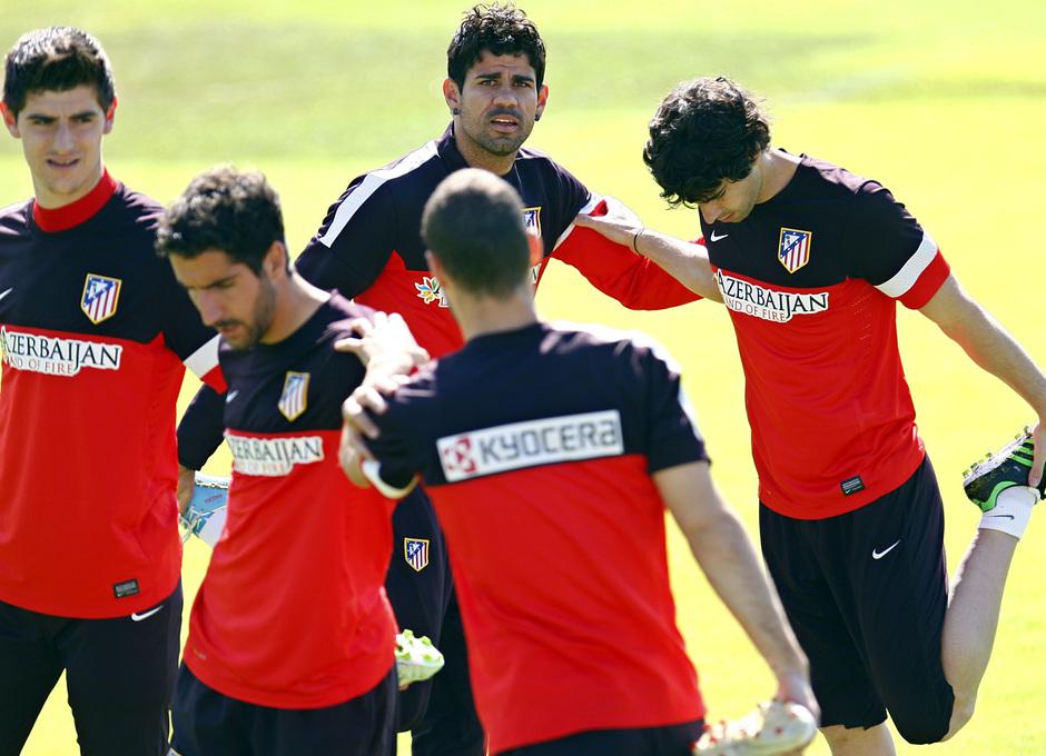 Tiago y Diego Costa realizan estiramientos con sus compañeros en la Ciudad Deportiva
