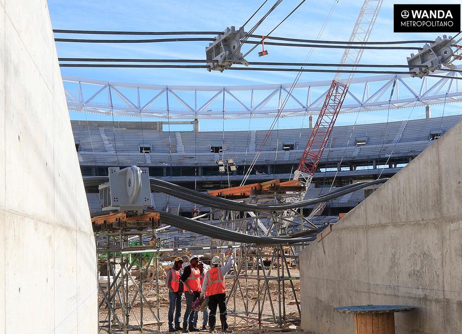 Izado del doble anillo de tracción de la cubierta del Wanda Metropolitano