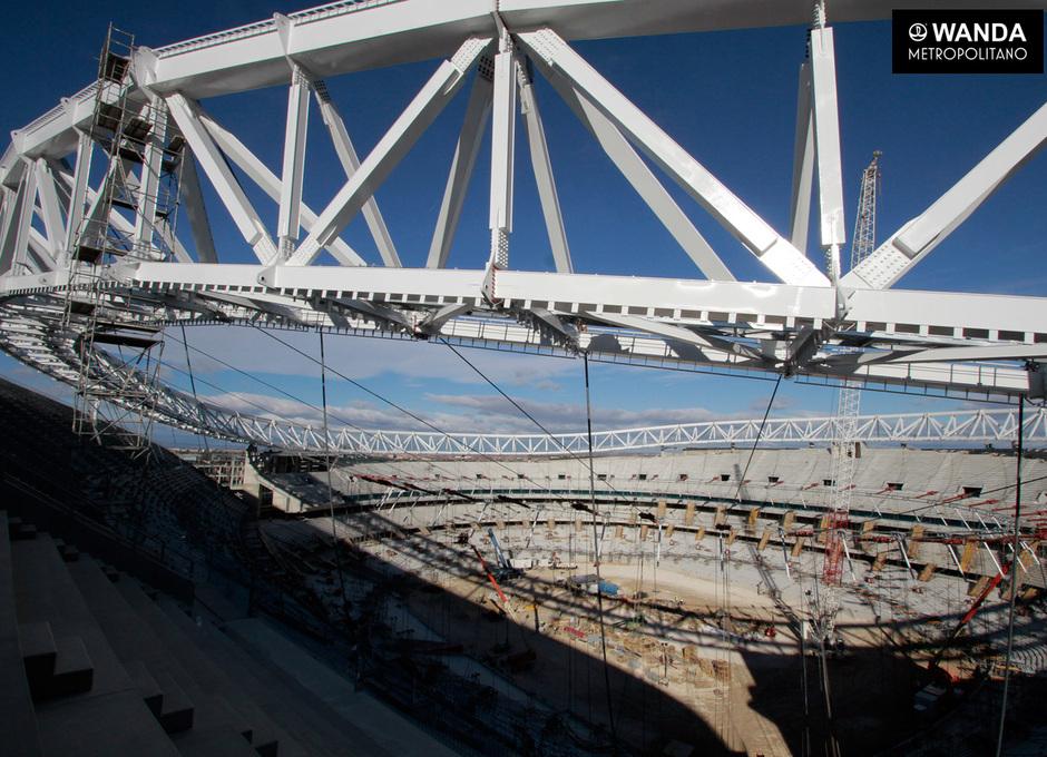 Izado del primer anillo de tracción de la cubierta del Wanda Metropolitano