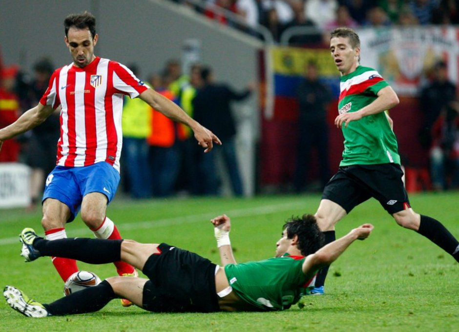Temporada 2011-2012. Campeones de la Europa LEAGUE. Juanfran pugna por la bola con los defensas del Athletic de Bilbao
