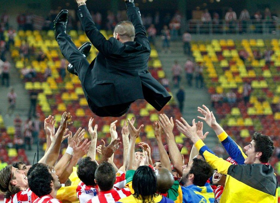 Temporada 2011-2012. Campeones de la Europa LEAGUE. Los jugadores mantean  a Diego Pablo Simeone