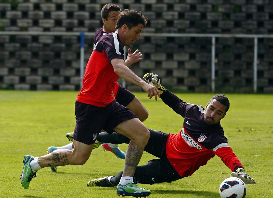 Cristian Rodríguez encara a Asenjo en el entrenamiento del miércoles en Majadahonda