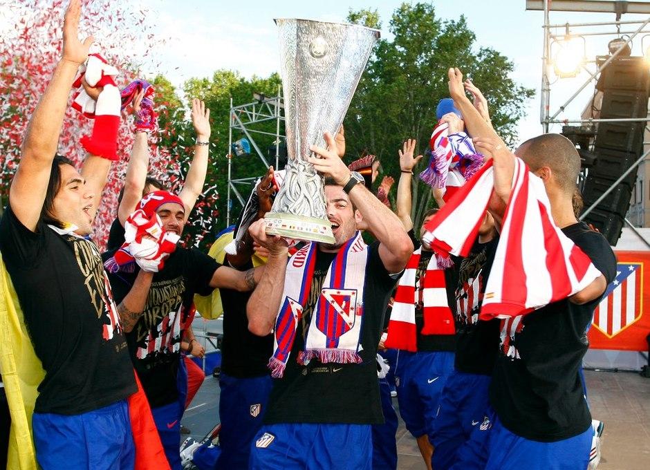 Temporada 2011-2012. Campeones de la Europa LEAGUE. Los jugadores ofrecen la copa a los aficionados.