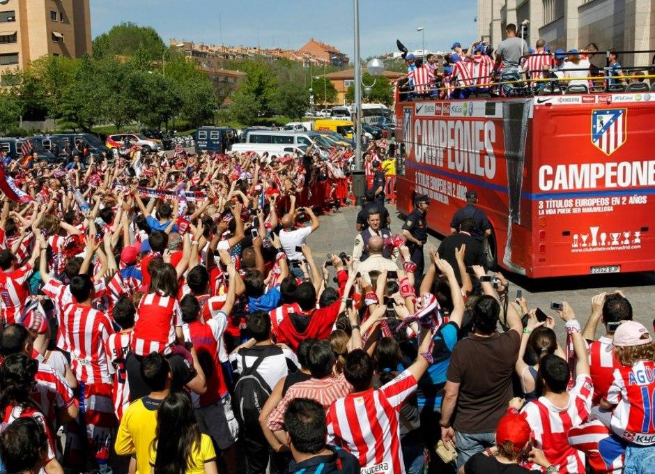 Temporada 2011-2012. Campeones de la Europa LEAGUE. Los jugadores disfrutan ante la emoción de la hinchada rojiblanca
