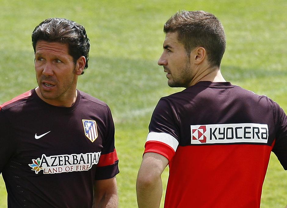Simeone y Gabi conversan en un momento del entrenamiento del miércoles