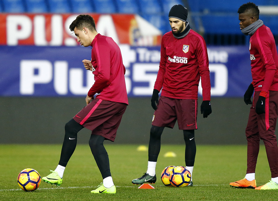 temporada 16/17. Entrenamiento en el estadio Vicente Calderón. Giménez con el balón durante el entrenamiento
