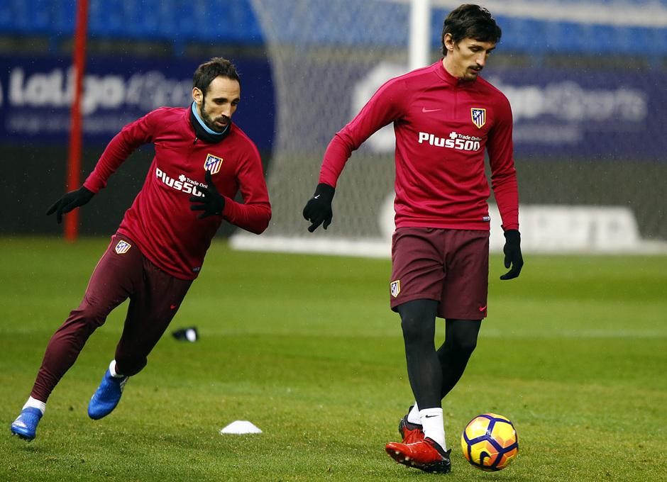 temporada 16/17. Entrenamiento en el estadio Vicente Calderón. Juanfran y Savic durante el entrenamiento