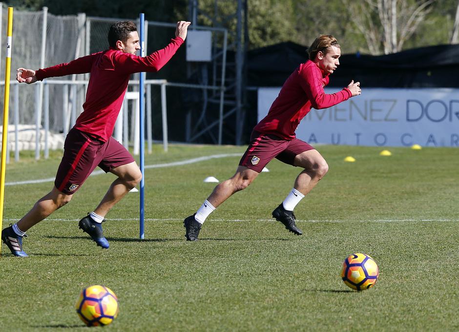 temporada 16/17. Entrenamiento en la ciudad deportiva Wanda.  Koke y Griezmann realizando ejercicios físicos durante el entrenamiento