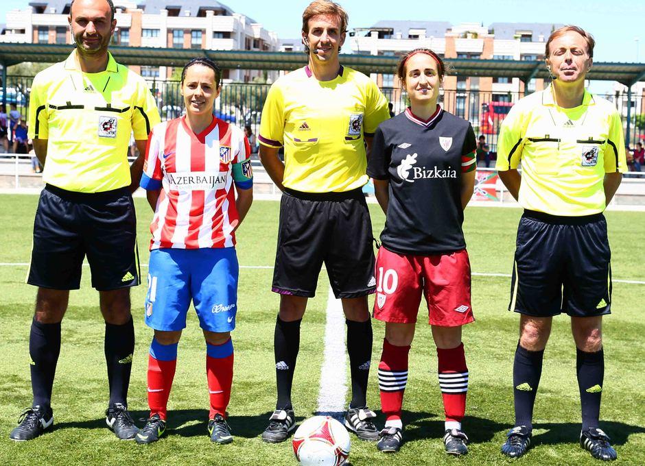 Temporada 2012-2013. Vane e Iraia posan con el trío arbitral