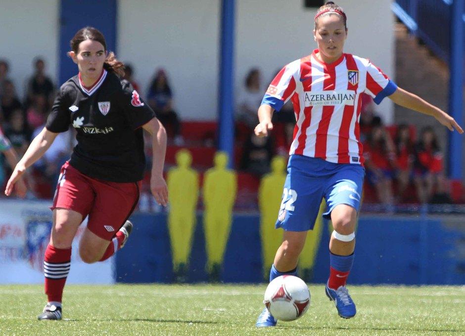 Temporada 2012-2013. Claudia conduce el esférico en el partido ante el Athletic
