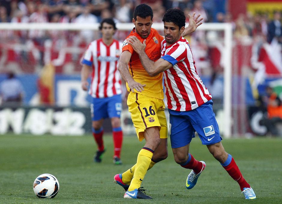 Temporada 12/13. Partido Atlético de Madrid - Barcelona. Diego Costa luchando un balón
