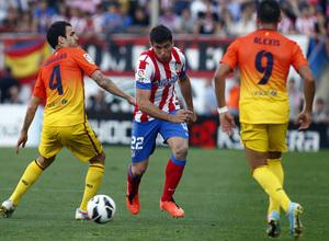 Temporada 12/13. Partido Atlético de Madrid - Barcelona. Insúa luchando un balón
