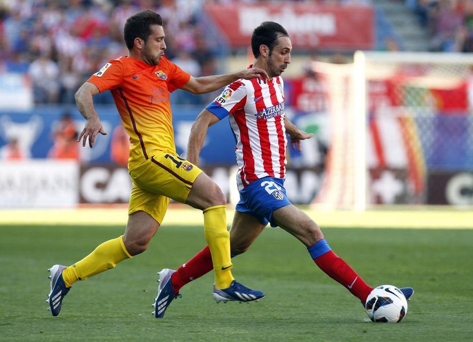 Temporada 12/13. Partido Atlético de Madrid - Barcelona. Juanfran se lleva el balón