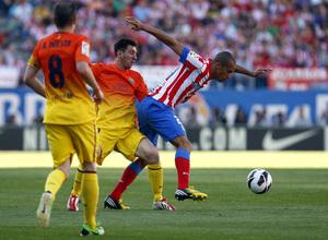 Temporada 12/13. Partido Atlético de Madrid - Barcelona. Miranda se lleva el balón