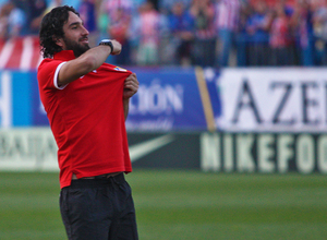 Temporada 12/13. Partido Atlético de Madrid - Barcelona. Arda hace un gesto a los aficionados