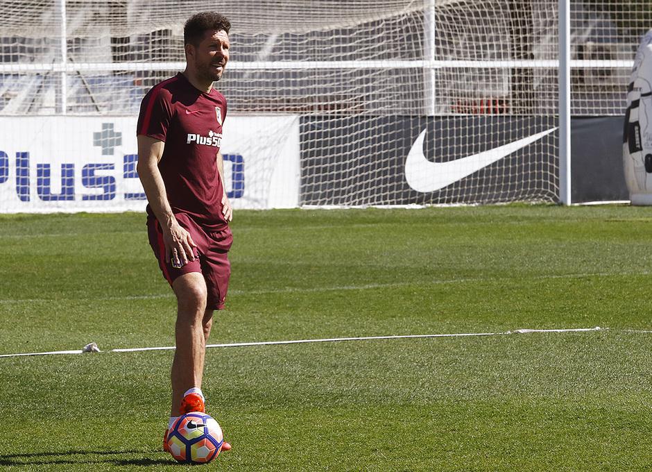 Temporada 16/17 | 09/03/2017 | Entrenamiento en la Ciudad Deportiva Wanda | Simeone observa la sesión