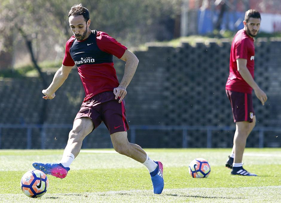 Temporada 16/17 | 10/03/2017 | Entrenamiento en la Ciudad Deportiva Wanda | Juanfran remata a portería