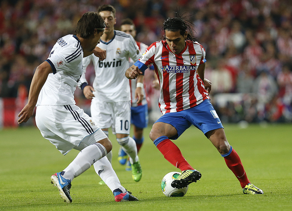 Temporada 12/13. Final Copa del Rey 2012-13. Real Madrid - Atlético de Madrid. Radamel Falcao se intenta ir de Khedira