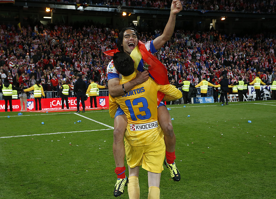 Temporada 12/13. Final Copa del Rey 2012-13. Real Madrid - Atlético de Madrid. Courtois aupa a Falcao.