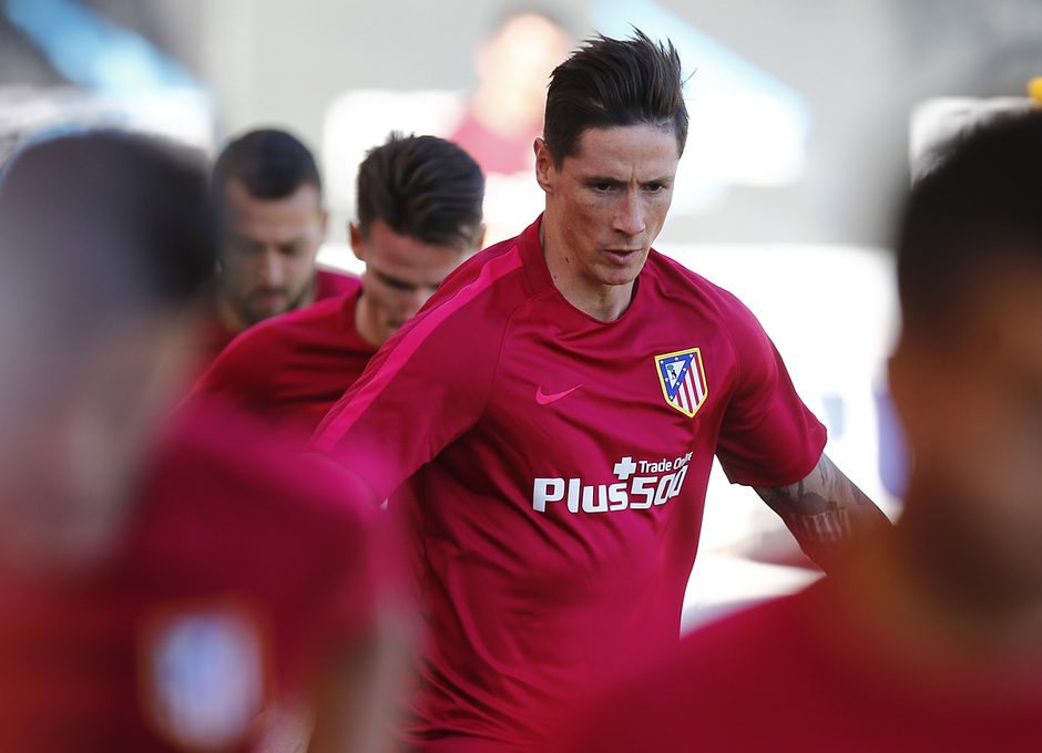 temporada 16/17. Entrenamiento en la ciudad deportiva Wanda. Torres haciendo ejercicios físicos durante el entrenamiento