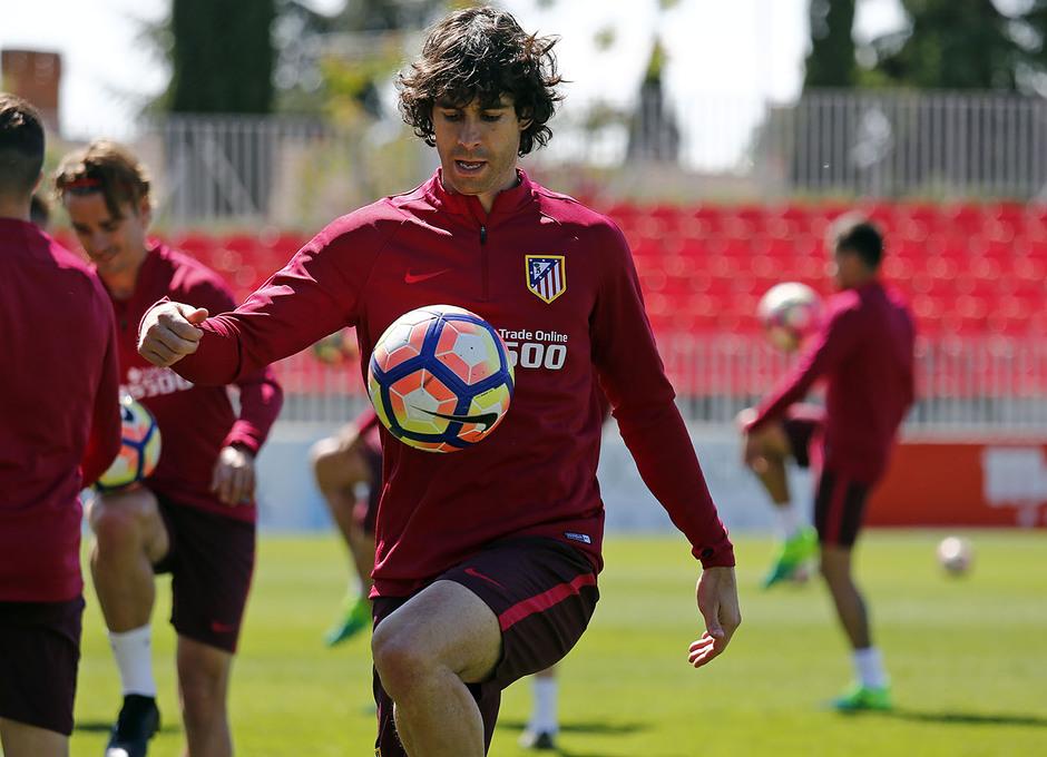 Temporada 16/17. Entrenamiento Ciudad deportiva Wanda. Tiago realizando toques durante el entrenamiento.