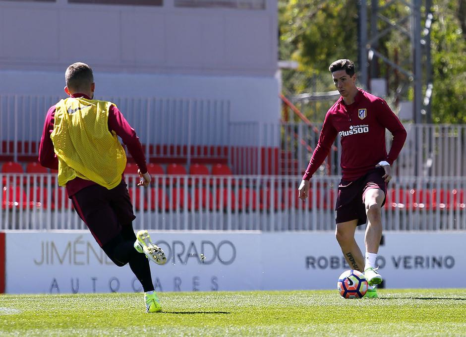 Temporada 16/17. Entrenamiento Ciudad deportiva Wanda.  Torres controlando un balón durante el entrenamiento.