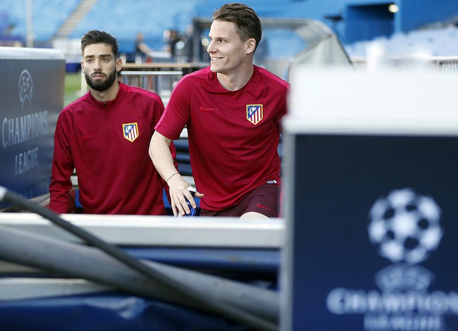 Temporada 16/17. Entrenamiento del Atlético de Madrid en el Vicente Calderón. Gameiro y Carrasco durante el entrenamiento