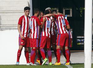 Los jugadores del Atlético B felicitan a Zaka tras conseguir el 0-1 en Torrelavega