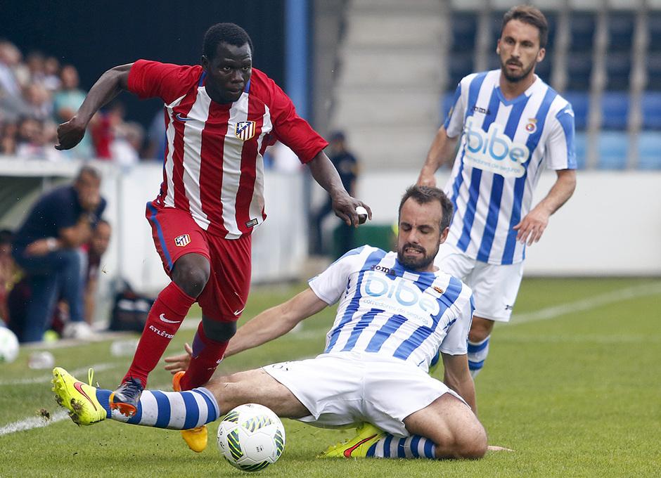 Arona supera a un defensor de la Gimnástica en un momento del partido