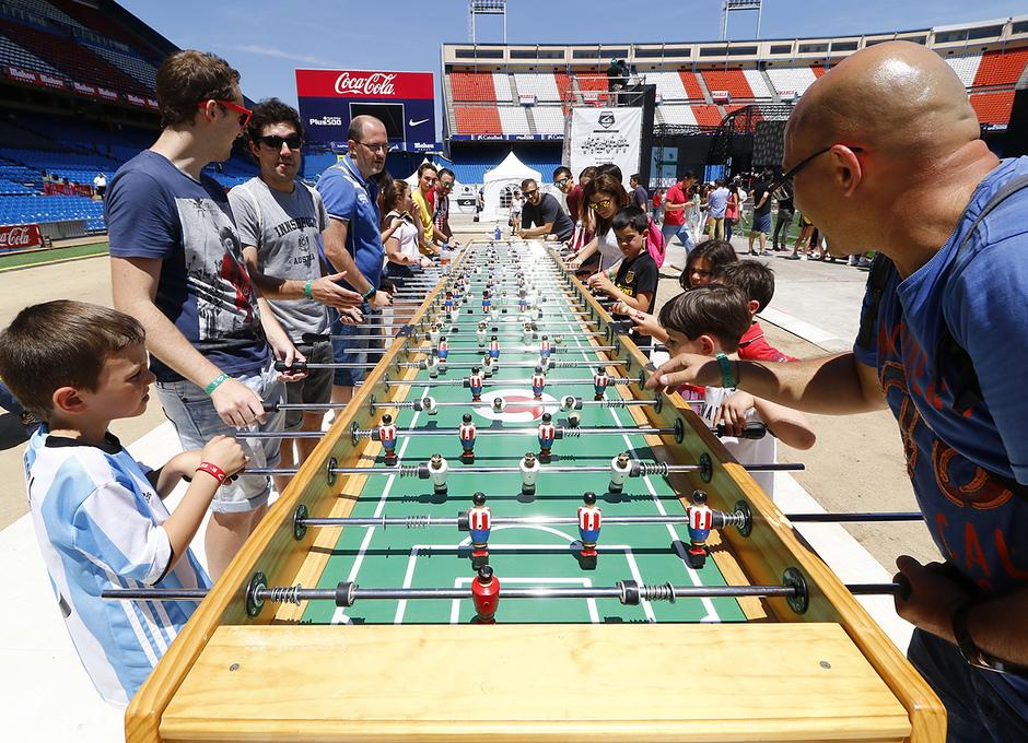 Los participantes de Imperdible_02 pudieron jugar en un futbolín gigante