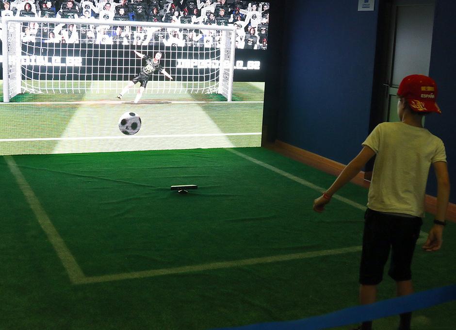 Los participantes en Imperdible_02 pudieron lanzar penaltis virtuales ante la máquina