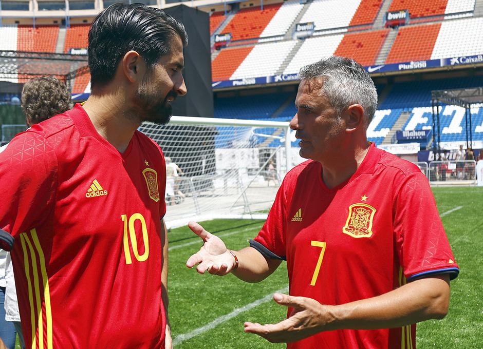 Manolo Sánchez, ex jugador rojiblanco, charla con Rubén de la Red