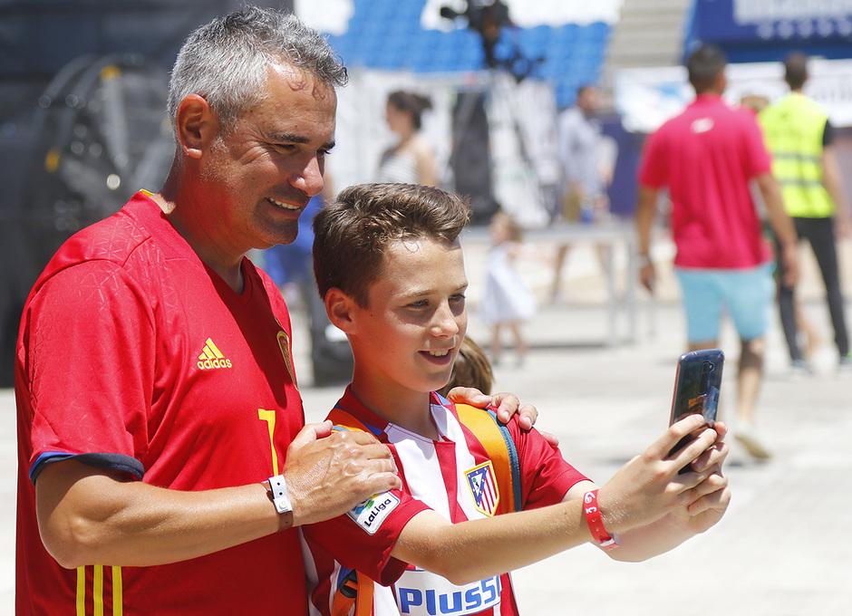 Un aficionado rojiblanco que participó en las actividades se hace una foto con Manolo, ex jugador rojiblanco