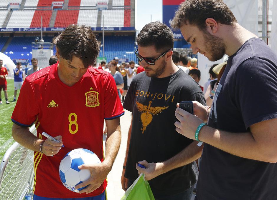 El ex jugador del Athletic Julen Guerrero firma autógrafos en un alto en las actividades