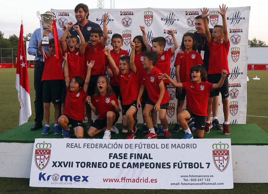El Prebenjamín A recibe el trofeo de campeón del Torneo de Campeones de Madrid