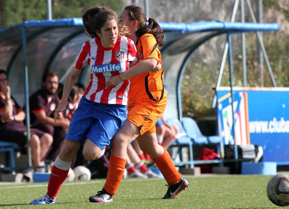 Temporada 2012-2013. María Calvo recibe una falta al borde del área