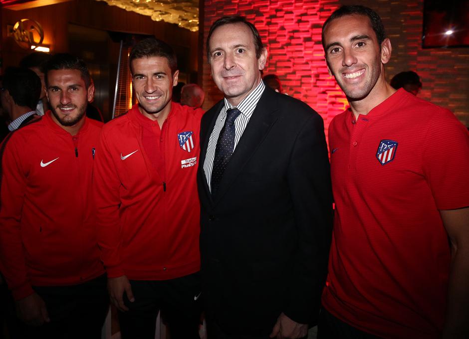 El embajador de España en México posa con Gabi, Koke y Godín