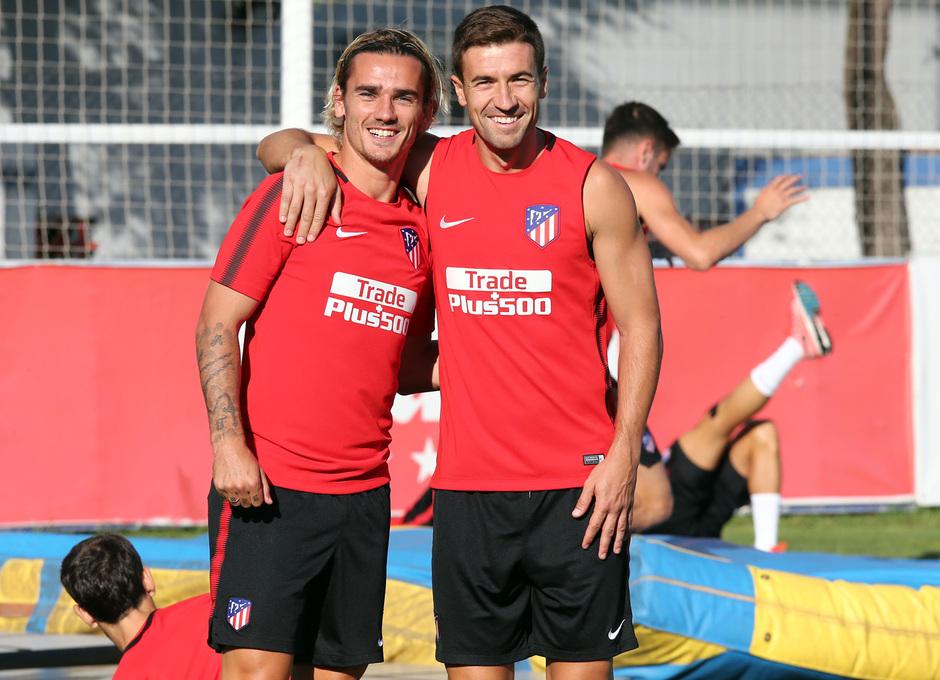 temporada 17/18. Entrenamiento en la ciudad deportiva Wanda.  Gabi y Griezmann durante el entrenamiento
