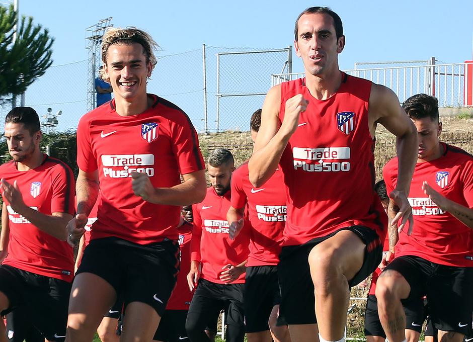 temporada 17/18. Entrenamiento en la ciudad deportiva Wanda.  Griezmann y Godín realizando ejercicios físicos durante el entrenamiento