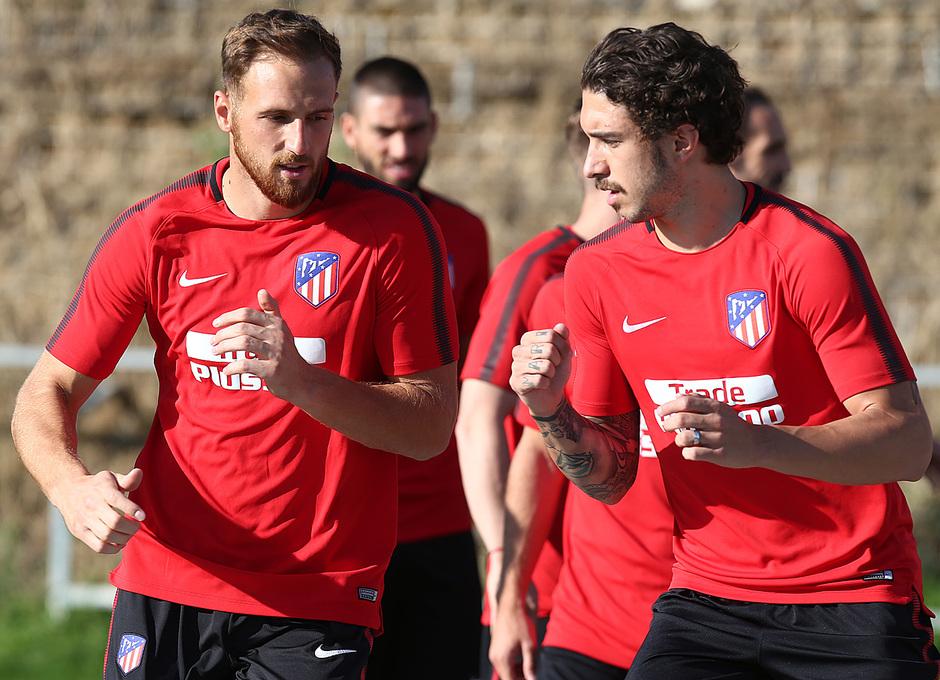 temporada 17/18. Entrenamiento en la ciudad deportiva Wanda.  Oblak y Vrsaljko realizando ejercicios físicos durante el entrenamiento