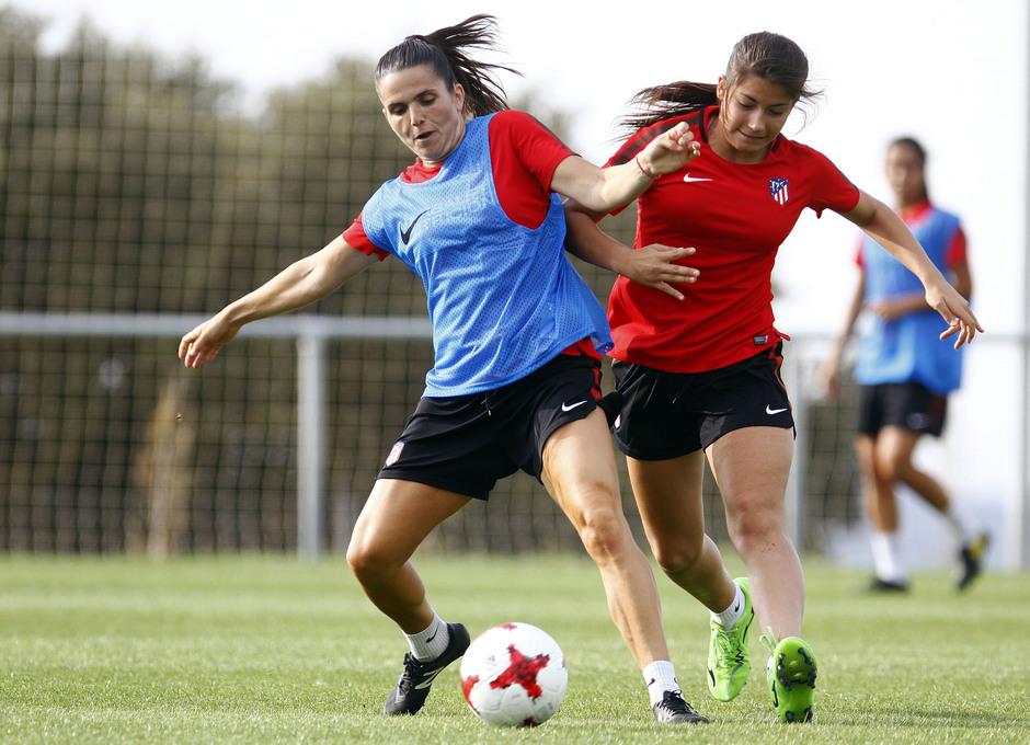 Temporada 16/17. Entrenamiento del Atlético de Madrid Femenino en LASR. Pereira y Ana Marcos.
